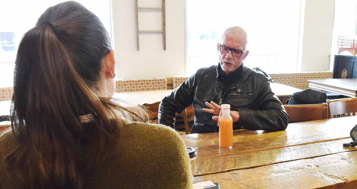 John Brink talks entrepreneurship with Col Juicery owner Rhea Simpson. Bill Phillips photo